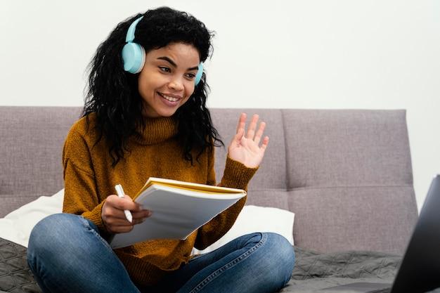 Adolescente à L'aide D'un Ordinateur Portable Et D'un Casque Pour L'école En Ligne Photo gratuit