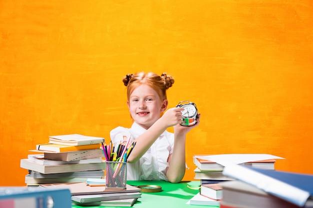 Adolescente Avec Beaucoup De Livres Photo gratuit