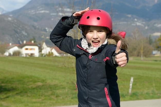 Adolescente coiffée d'un casque à roulettes. Photo Premium