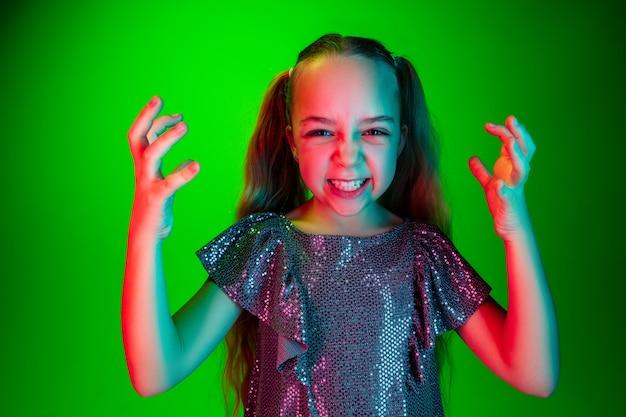 Adolescente En Colère Debout Sur Le Vert à La Mode Photo gratuit