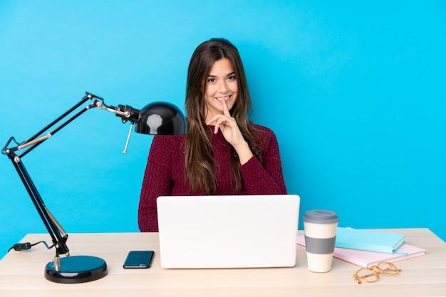 Adolescente Dans Une Table Avec Son Pc Photo Premium