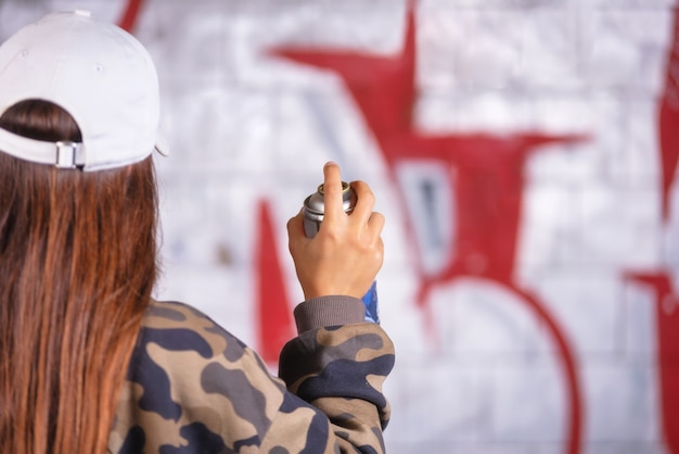 Adolescente Dessin De Graffitis Avec De La Peinture En