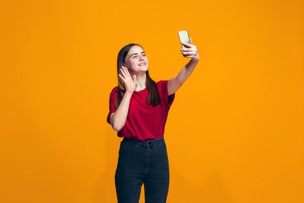 L'adolescente Heureuse Debout Et Souriant Photo gratuit