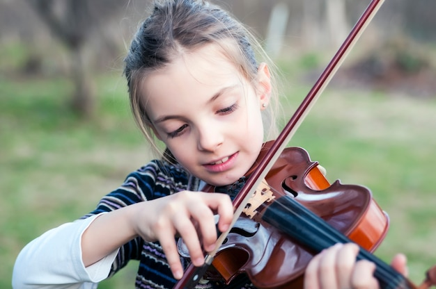 Adolescente jouant du violon Photo Premium