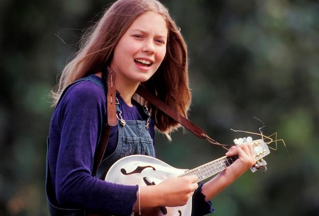Adolescente jouant de la mandoline Photo Premium