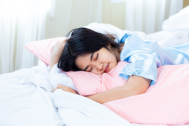 Adolescente réveillée tard le matin Photo gratuit