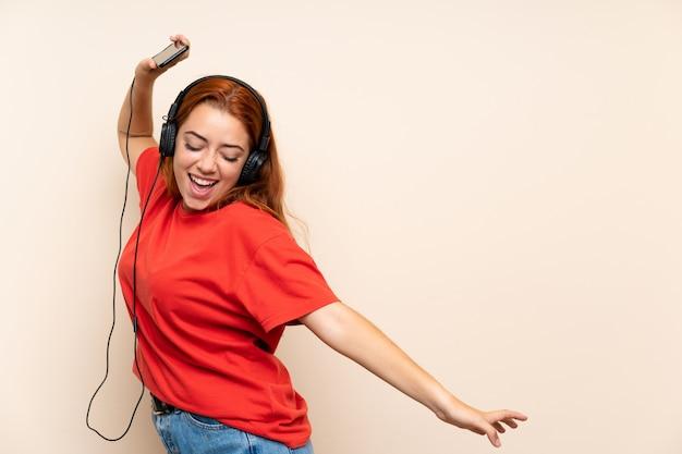 Adolescente Rousse écoute De La Musique Photo Premium