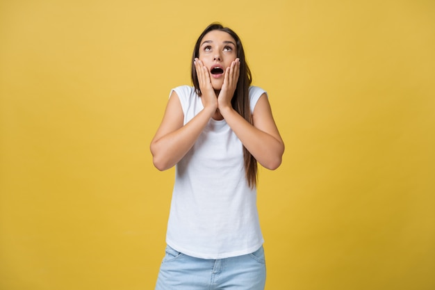 Une adolescente surprise montre une expression choquante avec quelque chose. Photo Premium