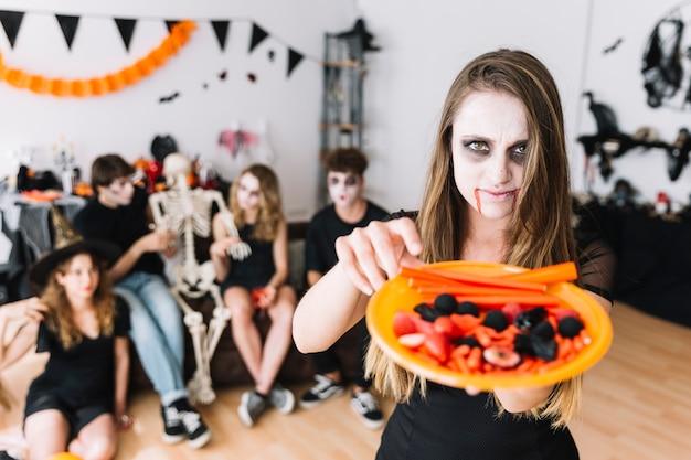 Adolescente, à, vampire, sombre, donner, plaque, à, bonbons Photo gratuit