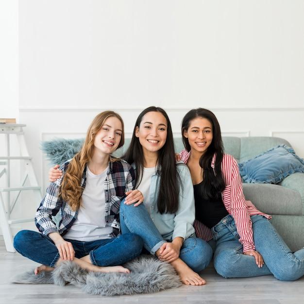 Adolescentes, poser, plancher Photo gratuit