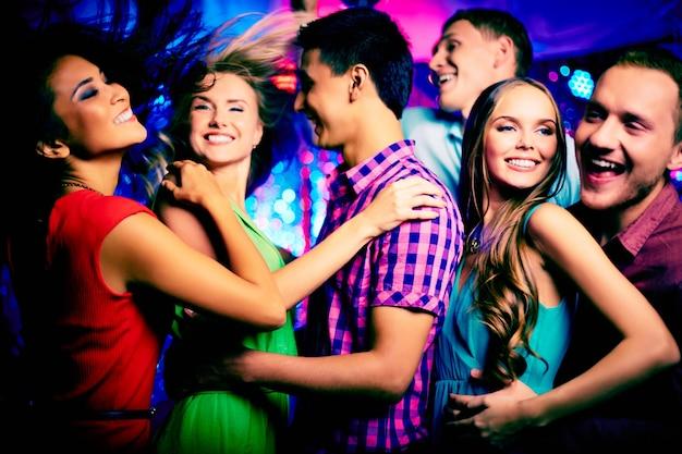 Les Adolescents Ayant L'amusement La Nuit Photo gratuit