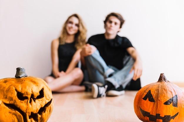 Adolescents avec des citrouilles d'halloween Photo gratuit
