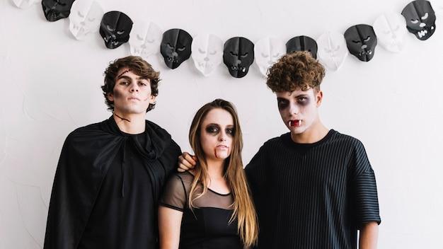 Adolescents en costumes d'halloween de zombies et de vampires Photo gratuit