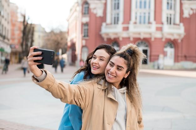 Adolescents élégants Prenant Un Selfie à L'extérieur Photo gratuit