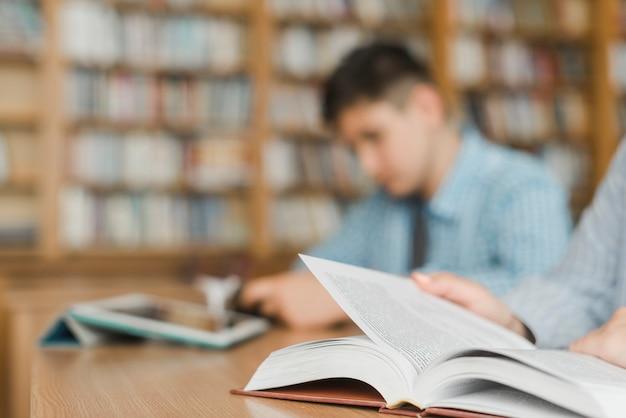 Adolescents Méconnaissables étudient Dans La Bibliothèque Photo Premium