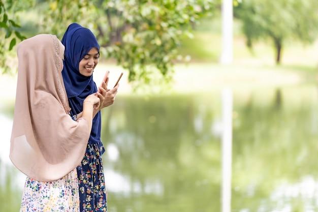 Adolescents musulmans médias sociaux Photo Premium