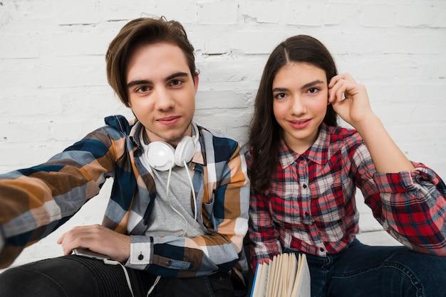 Adolescents Prenant Un Selfie Photo gratuit