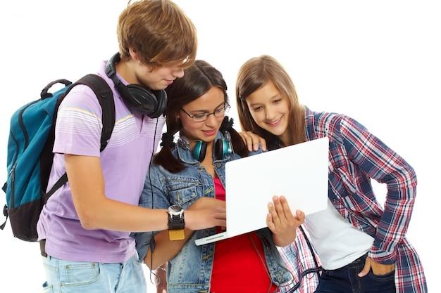 Les adolescents qui regardent des vidéos Photo gratuit
