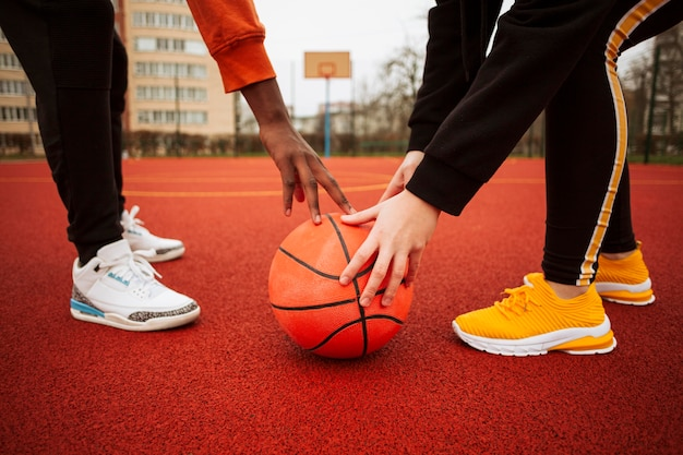 Adolescents Sur Le Terrain De Basket Ensemble Photo gratuit