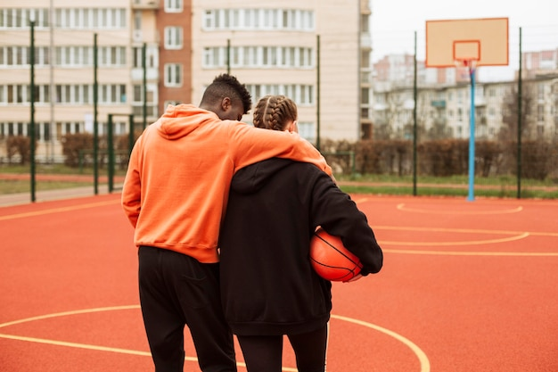 Adolescents Sur Le Terrain De Basket Ensemble Photo gratuit