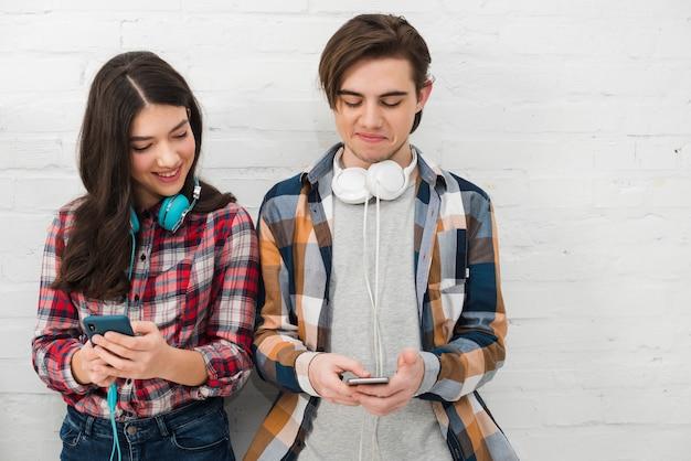 Adolescents utilisant un smartphone Photo gratuit