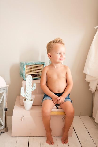 Adorable bambin à la recherche de suite Photo gratuit