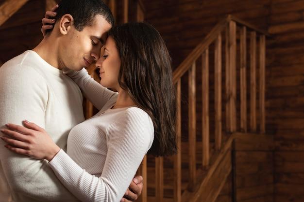 Adorable couple ensemble amoureux Photo gratuit