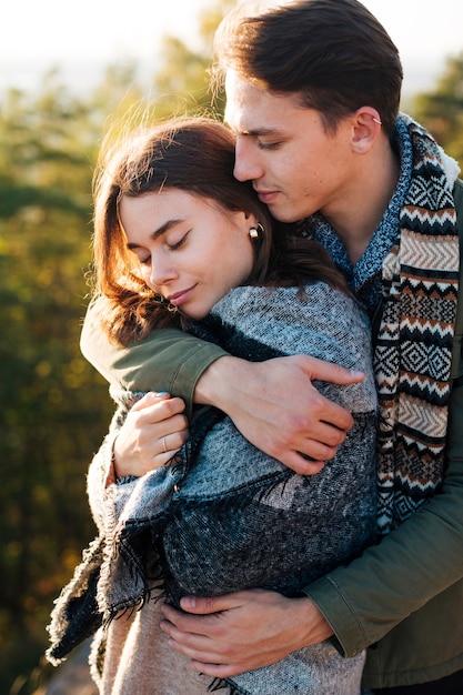 Adorable Couple Ensemble Dans La Nature Photo gratuit