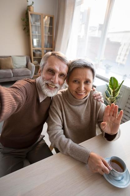 Adorable Couple De Personnes âgées Prenant Un Selfie Photo gratuit