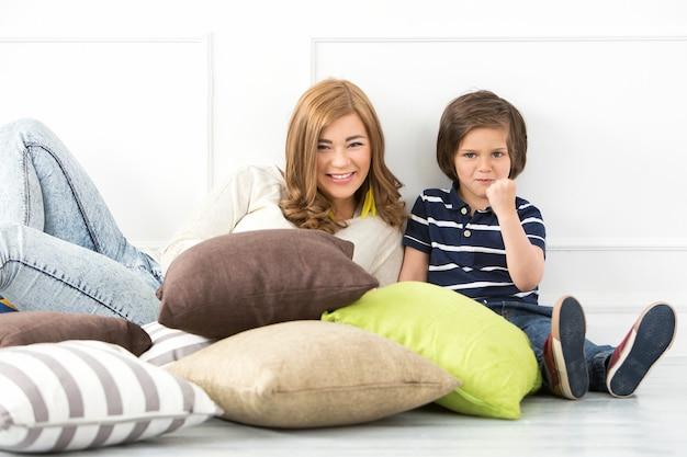 Adorable enfant avec mère Photo gratuit