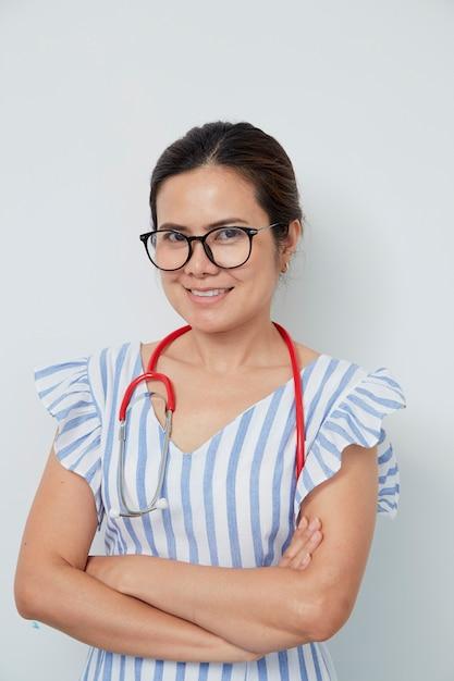 Adorable femme médecin journée internationale de la femme Photo Premium