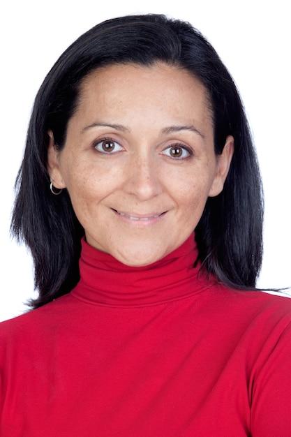 Adorable femme avec un t-shirt rouge isolé sur un fond blanc Photo Premium