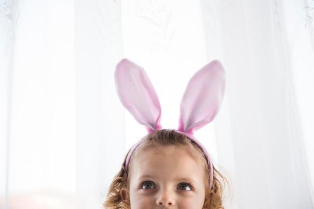 Adorable fille au lapin décoratif Photo gratuit