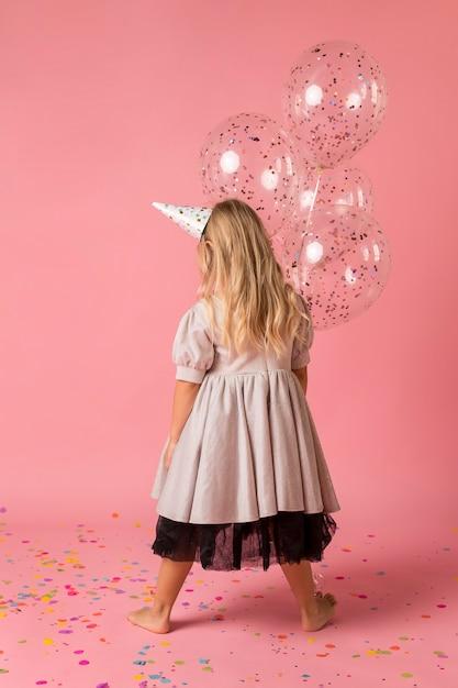 Adorable Fille Avec Costume Et Chapeau De Fête Photo gratuit