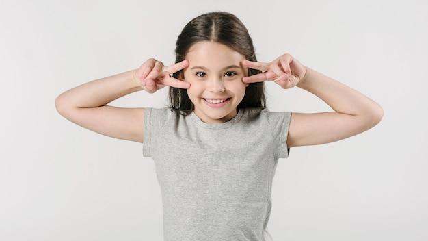 Adorable fille jouant singe en studio Photo gratuit