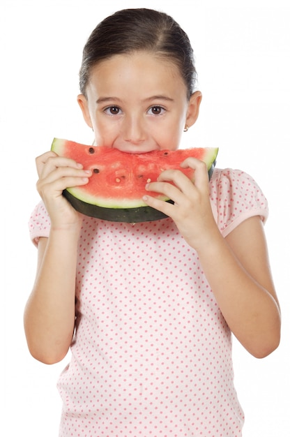 Adorable fille mangeant des pastèques un fond blanc Photo Premium