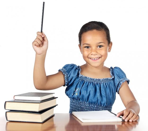 Adorable fille qui étudie à l'école un fond blanc Photo Premium