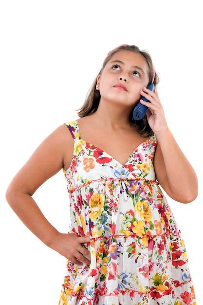 Adorable fille s'exprimant par téléphone sur un fond blanc Photo Premium