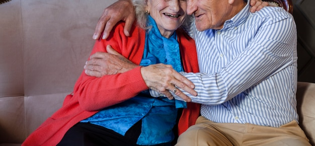 Adorable Homme Senior Et Femme étreignant Photo gratuit