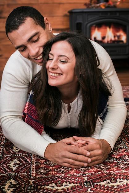 Adorable jeune couple amoureux Photo gratuit