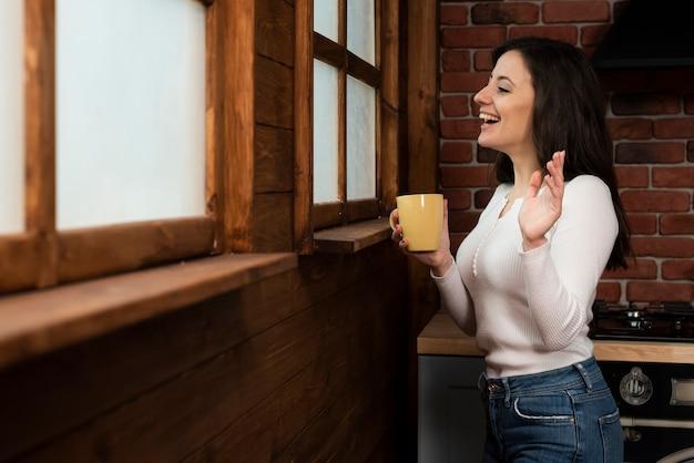 Adorable jeune femme en riant Photo gratuit