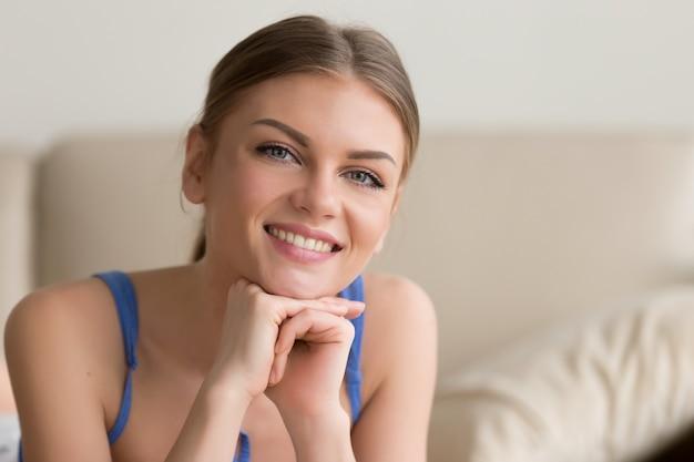 Adorable jeune femme se sentant satisfaite et heureuse Photo gratuit