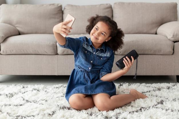 Adorable Jeune Fille Prenant Un Selfie Photo gratuit