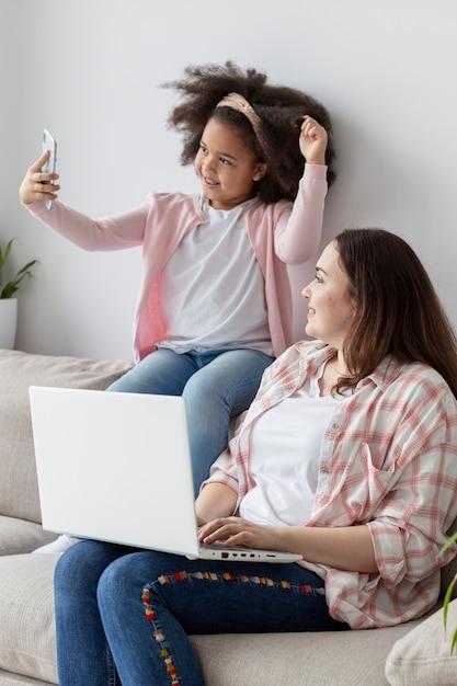 Adorable Jeune Fille S'amuser Avec Sa Mère Photo gratuit