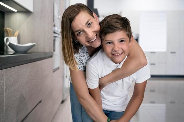Adorable Jeune Garçon Posant Avec Sa Mère Photo gratuit