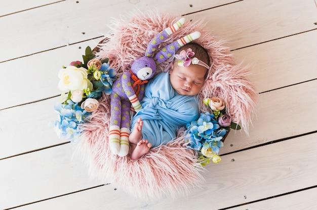 Adorable, nouveau-né, jouet, dormir, panier Photo gratuit
