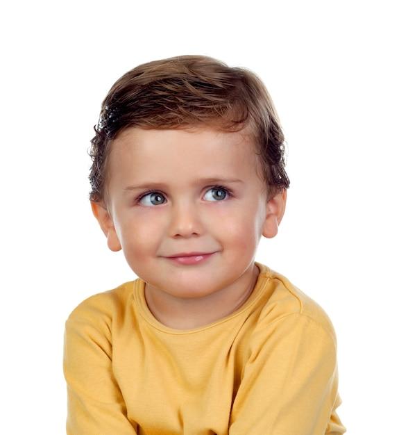 Adorable petit enfant de deux ans avec un t-shirt jaune Photo Premium
