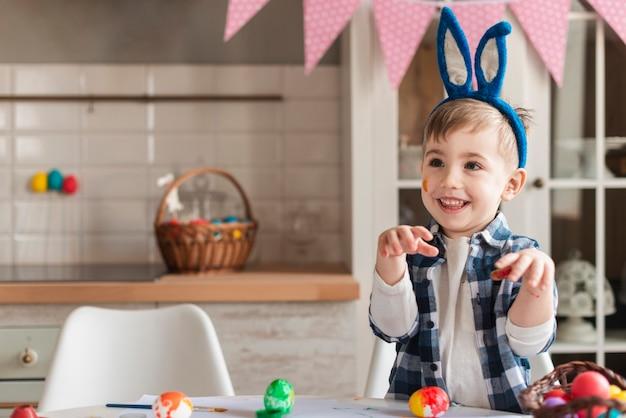 Adorable Petit Enfant Avec Des Oreilles De Lapin Posant Photo gratuit
