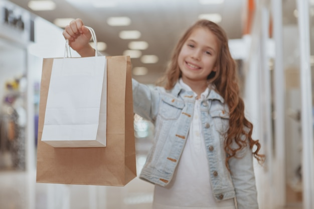 Adorable Petite Fille Au Centre Commercial Photo Premium