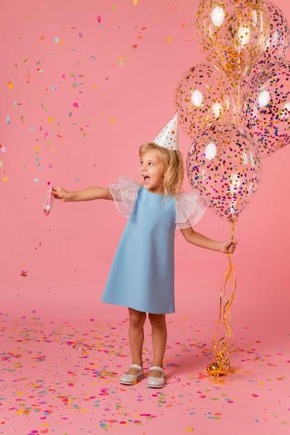 Adorable Petite Fille En Costume Avec Des Ballons Photo gratuit